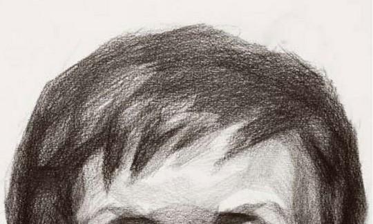 1、塑造头发立体感的关键 首先,要把头发形体的变化与头骨的结构结合起来,找出头部正面、侧面及顶面最重要的三条明暗交界线的位置(结合下图)。同时,由于前后空间的影响,所有交界线都要具备前实后虚的特性。其次,头发的顶面到侧面最重的交界线之间往往会形成一个斜侧的灰面。同时,我们还要注意高光从前到后、从左到右在明度变化上的差异。  从俯视角度看头骨时,前方的面部偏窄,后方的脑勺偏宽,如果用方的眼光观察,那么最重要的两处转折就在颞线和后方的颅结节上了。 从顶侧面角度看头骨时,颞线的前方是脸正面的受光面,而从颞线